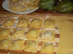 RAVIOLI CON RIPIENO AI CARCIOFI Italian Dishes, Italian Recipes, Crepes, Pasta Recipes, Cooking Recipes, Pasta Maker, Homemade Pasta, Relleno, Pasta Dishes