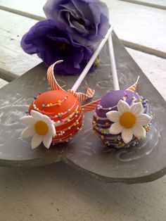 Orange and purple CAKE POPS! Minus the rainbow sprinkles and flowers. Made purple with orange polka dots? YUMMY <3