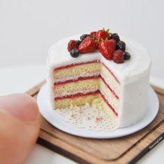 いいね!2,995件、コメント14件 ― HeavenlyCake miniaturesさん(@heavenly_cake)のInstagramアカウント: 「. On such a grey gloomy day, I decided to bake a berry cake to make myself happy:)))) layered with…」