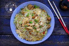 Nasi goreng en bami zit bijna standaard in ieders kookrepertoire. Mihoen met kip en groenten kun je ook aan dit rijtje toevoegen. Het is makkelijk, snel en kinderen vinden het vaak ook erg lekker.