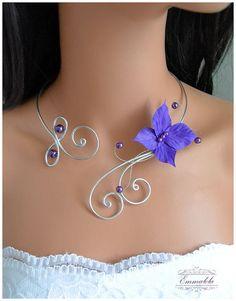 Collier de mariage orné d'un  papillon violet et perles assorties