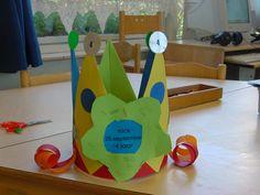 Verjaardagskroon met bloem, punten gemaakt van vliegers Triangle, Happy Birthday, Kids, Caps Hats, Calendar, Happy Aniversary, Children, Happy Brithday, Boys