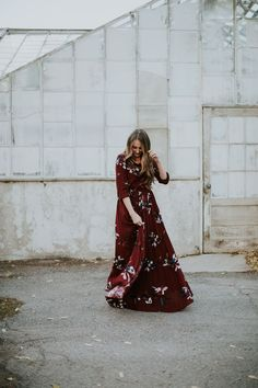 The prettiest maroon floral maxi dress. I am obsessed! It is stunning and AFFORDABLE! Looks Style, Mom Style, Simple Beauty Routine, Fashion Beauty, Fashion Looks, Mom Fashion, Fashion Tips, Maternity Bridesmaid Dresses, Bridesmaids