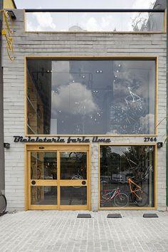 Executada pelos arquitetos Olegário de Sá e Gil Cioni, a loja tem, logo na entrada, uma oficina mecânica onde o cliente visualiza a montagem e o conserto da magrela sentado em banquinhos em que os …