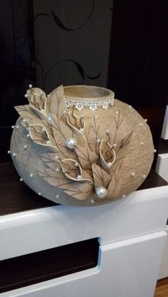 Diy Burlap Flowers, Simple Step By Step - Diy Crafts - maallure Glass Bottle Crafts, Wine Bottle Art, Diy Home Crafts, Decor Crafts, Art Decor, Jute Flowers, Diy Flowers, Flowers Wine, Fabric Flowers