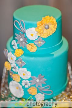 OMG!! Can i please get married again and have that stunning aqua and yellow wedding cake!?!