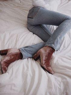 Depois das botas Over the Knee, que arrasaram os nossos corações, a nova tendencia é totalmente ao contrario ~no quesito tamanho~.