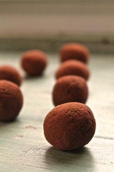 Raw Chocolate Orange Truffles:  - 1 чашка фиников без косточек;  - 1 стакан грецких орехов;  - до 2 столовые ложки воды, в случае необходимости; 3 столовые ложки сырого какао-порошок (и ещё для пыли);  - 1 ст.л. нектар агавы;  - 1/2 чайной ложки экстракта апельсина;  - щепотка соли
