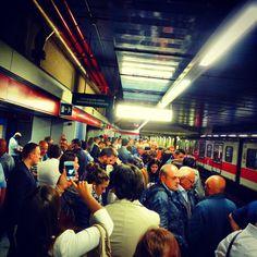 #welcome a la realidad. Y después del #trabajo #shopping #decompras. #nanodelarosa #rossettidifussion #disfrutadelamoda #tren#metro#people#smartphone