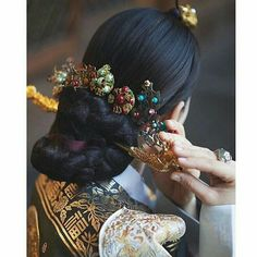 Traditional Korean accessories shared by Kim Traditional Hairstyle, Korean Traditional Dress, Traditional Fashion, Traditional Dresses, Korean Dress, Korean Outfits, Korean Accessories, Hair Accessories, Hijabs