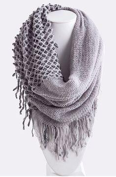 Superbe foulard de laine gris.