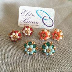 Image may contain: 1 person Diy Earrings Designs, Beaded Earrings Patterns, Seed Bead Earrings, Jewelry Patterns, Bead Jewellery, Beaded Jewelry, Beaded Rings, Beaded Bracelets, Saphir Rose