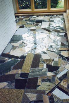 Suelo de pieezas irregulares de diferentes granitos. #Esmadeco.