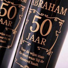 Wijngeschenk: ABRAHAM Wijn inclusief geschenkverpakking    Een heerlijk rode volle zachte wijn voor de man die 50 jaar wordt! Mooie zwarte fles met gouden opdruk met de tekst: ABRAHAM, 50 jaar, voor de wijze man die weet waar hij de mosterd haalt.