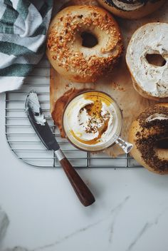These homemade New York Style Sourdough Bagels with Roasted Garlic Labneh take your everyday bagel and cream cheese up a notch or two. Sourdough Bagels, Sourdough Recipes, Bread Recipes, Starter Recipes, New Yorker Stil, New York Bagel, Comida Keto, Brunch, Bagel Recipe