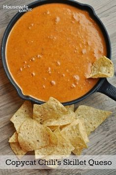 Copycat Chili's Skillet Queso - Housewife Eclectic - - Copycat Chili's Skillet Queso – Housewife Eclectic Supper 52 Magical Copycat Recipes From Popular Food Chain Brands – Pretty Rad Lists Iron Skillet Recipes, Cast Iron Recipes, Cast Iron Skillet, Cast Iron Cooking, Appetizer Dips, Appetizer Recipes, Fondue Recipes, Good Food, Yummy Food