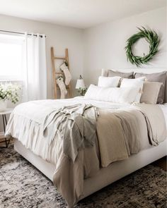 20 tips will help you improve the environment in your bedroom The stockings were hung on the blanket ladder with care. Master Bedroom, Bedroom Decor, Bedroom Ideas, Beautiful Farm, Christmas Bedroom, Farmhouse Chic, Room Colors, Cottage Style, Rustic Decor