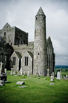IRLANDA - Rock of Cashel, Co Tipperary-one of my most favorite places in the world Oh The Places You'll Go, Places To Travel, Places To Visit, Beautiful Castles, Beautiful Places, Vila Medieval, Jaisalmer, Voyage Europe, Ireland Travel