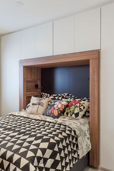 25 Small Bedroom Design Ideas - Living in a dense city makes many of us sacrifice of living in a small bedroom. But, now it cannot be the reason to press what we expect from a bedroom. Apartment Interior Design, Decor Interior Design, Small Bedroom Designs, Aesthetic Bedroom, Small Living Rooms, Home Decor Accessories, Diy Home Decor, Bedroom Decor, Decoration