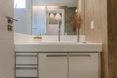 amenajare apartament baie mobilier modern alb Nooks, Bathroom Lighting, Vanity, Mirror, Modern, Furniture, Home Decor, Bathroom Light Fittings, Dressing Tables