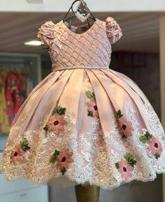 Vestido de niña rosado con bordado