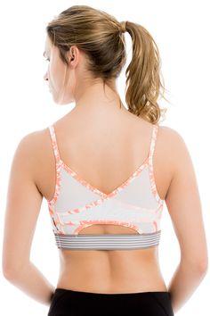 Look hot but stay cool in this four-way stretch, mid-impact bra with crossover mesh back. / Restez au frais dans ce soutien-gorge à soutien moyen, fait de tissu extensible dans les quatre sens et pourvu d'un croisement en filet au dos!