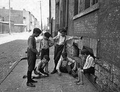 Jugando a los dados en una calle de Cincinnati, Ohio, en 1908. Lewis Hine, Librería del Congreso