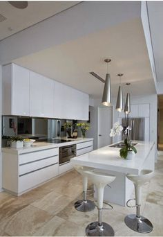KSK luxury as a way of life⊱✿⊰white and travertine kitchen. Open Plan Kitchen, New Kitchen, Kitchen Dining, Kitchen Decor, Luxury Kitchens, Home Kitchens, Modern Flooring, Kitchen Flooring, Casa Clean