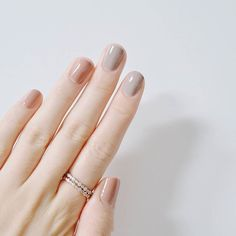 False nails have the advantage of offering a manicure worthy of the most advanced backstage and to hold longer than a simple nail polish. The problem is how to remove them without damaging your nails. Minimalist Nails, Neutral Nail Color, Nail Colors, Neutral Outfit, Beige Nail, Color Nails, Essie, Super Nails, Nagel Gel