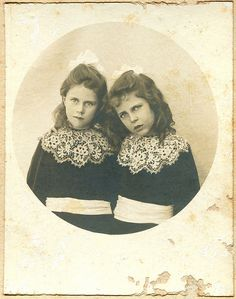 Vintage photo of TWIN sisters Marjorie and Charis Young, ca Vintage Children Photos, Vintage Twins, Vintage Pictures, Old Pictures, Vintage Images, Old Photos, Antique Photos, Vintage Photographs, Photo Vintage