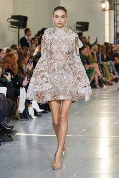 May 2020 - The complete Elie Saab Spring 2020 Couture fashion show now on Vogue Runway. Elie Saab Couture, Haute Couture Paris, Spring Couture, Haute Couture Dresses, Couture Week, Juicy Couture, Fashion Week, Fashion 2020, Runway Fashion