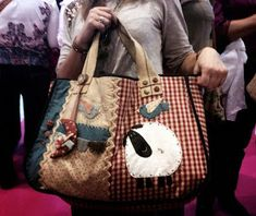 Lola y su Buhardilla : OTRA VEZ... (Y BOLSO IX) Patchwork Bags, Quilted Bag, Craft Bags, Country Crafts, Fabric Bags, Zulu, Love Sewing, Casual Bags, Cloth Bags