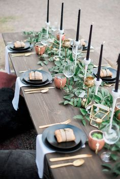 Tischdeko schwarz gold mit Kupfer Teelichthalter. Rustikal für den Sommertisch oder auch im Herbst.