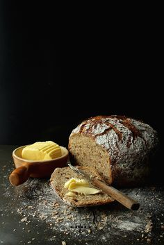 Wholemeal bread 18 hours Jim Lahey {large / double loaf} You will need a cast-iron pot with a lid, or other sturdy, heat-resistant dish 700 g of wheat flour type 1500 1 package dry yeast (8 g) 2 - 2.5 tsp salt 700 ml of hot water (in the case of plain flour 100ml less) You can add a handful of flax seed mixture, sunflower, etc.