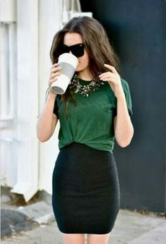 Falda lapiz negra, camiseta básica y collar joya.
