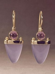 Bijoux Tendance : gold earring with chalcedony and amethyst by Patrick Murphy Modern Jewelry, Jewelry Art, Vintage Jewelry, Fine Jewelry, Fashion Jewelry, Jewelry Design, Unique Jewelry, Inexpensive Jewelry, Jewelry Findings
