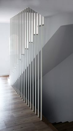 Con orden y concierto Railing Design, Stair Railing, Staircase Design, Staircase Ideas, Staircase Remodel, Railings, Basement Stairs, House Stairs, Open Basement