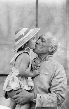 Artist Pablo Picasso kisses his daughter Paloma, Vallauris, 1953 Pablo Picasso, Picasso Blue, Georges Braque, Francoise Gilot, The Kiss, Foto Portrait, Henri Rousseau, Photo Vintage, Paul Gauguin