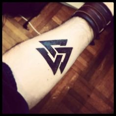 What does valknut tattoo mean? We have valknut tattoo ideas, designs, symbolism and we explain the meaning behind the tattoo. Simbolos Tattoo, Norse Tattoo, Symbol Tattoos, Viking Tattoos, Knot Tattoo, Great Tattoos, New Tattoos, Body Art Tattoos, Hand Tattoos
