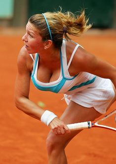 Simona Halep, Romania: She is well known for her aggressive style of play. She started 2008 with a final in Nottinghill, lost to Arantxa Rus, then defeated Anastasia Pavlyuchenkova in the quarterfinals at the Australian Open Junior Championships, before losing in the semifinal to Jessica Moore. In November 2009 Simona won the $25,000 tournamant in Maribor. She was as of January 2010 ranked 186th in the world. Beautiful Athletes, Tennis Players Female, Women Volleyball, Bikini Poses, Tennis Clothes, Shoes Tennis, Tennis Stars, Golf Outfit, Athletic Women