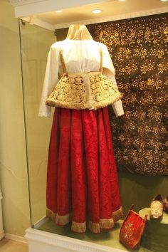 Праздничный костюм молодой женщины. Нижегородская губ,, начало 19 в.