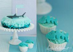 Liebesbotschaft: Shark cake and fish bone cupcakes