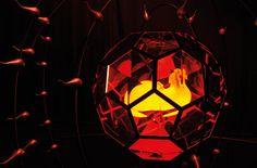 По замыслу Фабио Новембре (Fabio Novembre) инсталляция символизирует рассвет жизни и указывает на прямую связь космического движения планет и галактик. Отдельные, элементы инсталляции двигаются по своим орбитам вокруг зеркальной сферы, расположенной в центре, и направляют лучи света к этому зеркальному центру.  Таким образом, появляется эффект гармонии и единства между элементами, иллюминацией и музыкой. Зрители видят свое отражение в зеркале сферы – они также становятся органичной частью…