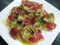 INGREDIENTES: - Alcachofas ( 1 lata ) vienen ya cocidas y listas para el consumo - Jamón, o jamón york - Vino para cocinar - Ajo, aceit...