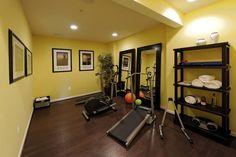 Fitnessraum gestalten  homegym einrichten zen ambiente buddha statuen wandnischen | Home ...