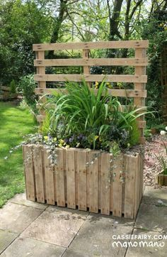 the handy mano manomano pallet planter diy project finished completeYou can find Pallet planters and more on our website.the handy mano manomano p. Pallet Decking, Wood Pallet Planters, Pallet Benches, Pallet Tables, Pallet Bar, Pallet Sofa, Pallet Couch Outdoor, Wood Pallet Fence, Outdoor Pallet Projects
