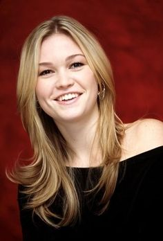 Julia Stiles (March 28, 1981) American actress, o.a. known from the series of 'Dexter' and the movie '10 things i hate about you' from 1998.
