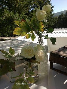 rose bianche al tavolo del buffet. matrimonio in Umbria. Italy wedding
