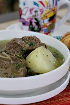 """El Caldo de Costilla es uno de los platos más tradicionales en Colombia. Se sirve para el desayuno especialmente y es muy apetecido por los que han pasado la noche sin dormir después de una buena rumba (fiesta). Si se han tomado unos tragos de más y tienen tremendo """"guayabo""""(resaca, cruda), éste es el antídoto perfecto para sentirse mejor! Se conoce también como """"levanta muertos"""", de verdad que sí! Fun Easy Recipes, Easy Meals, Healthy Recipes, Mexican Food Recipes, Soup Recipes, Cooking Recipes, Columbian Recipes, Colombian Cuisine, Gastronomia"""