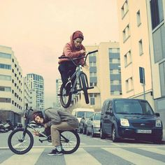 Chad Kerley hoppin' over Simone Barraco. #bmx